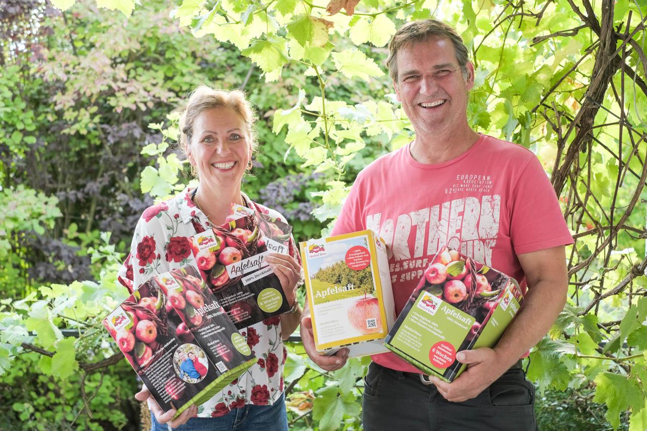 Renate und Matthias Rieß präsentieren ihre Obstsäfte